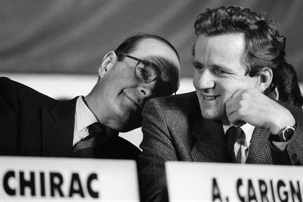 Jacques Chirac plaisante avec Alain Carignon, maire de Grenoble et tête de liste RPR dans l'Isère, lors d'un meeting le 6 février 1986 à Grenoble