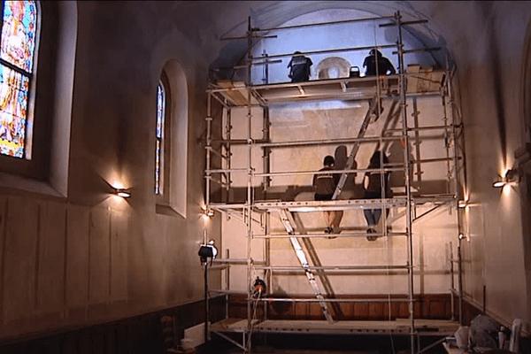 Des bénévoles de l'association Rempart restaurent une fresque de la cathédrale Saint-Bénigne à Dijon.