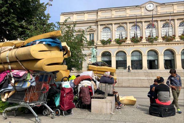 Des Roms et des Albanais expulsés de leur abri de fortune se retrouvent devant la Mairie de Saint-Etienne