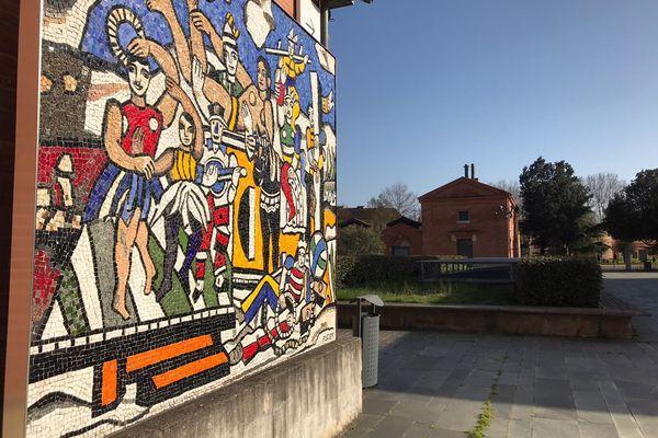 """""""La Grande Parade"""", 1953 (mosaïque de pâtes de verre), oeuvre de Fernand Léger dans la cour du musée des Abattoirs à Toulouse"""