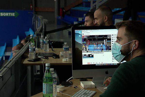 Pas de public au palais des sports René Bougnols, mais le combat en direct sur internet.