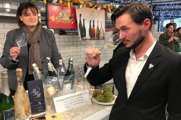 Sébastien Julien en profite pour déguster le champagne de l'une des exploitantes marnaises qu'il a mis à sa carte.