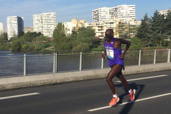 """Agnesius Maiyo (Kenya) 1er du marathon de Nantes en 2h 21' 58"""", ici sur la pont Senghor au 5ème kilomètre de la course"""