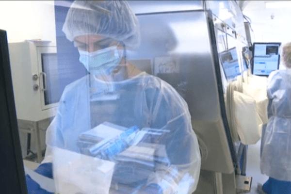 """Les pharmaciens de l'hôpital du Castellucio bénéficient d'un nouveau dispositif, la """"drugcam"""", pour préparer les chimiothérapies."""