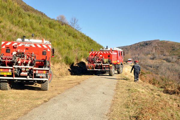Intervention des sapeurs-pompiers sur un incendie à Vaychis, en Ariège, près d'Ax-les-Thermes, en 2015.