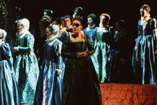 Béatrice Uria Monzon, portant une robe qui sera vendue à la vente aux enchères du 5 mai. Opéra Don Carlo de Verdi