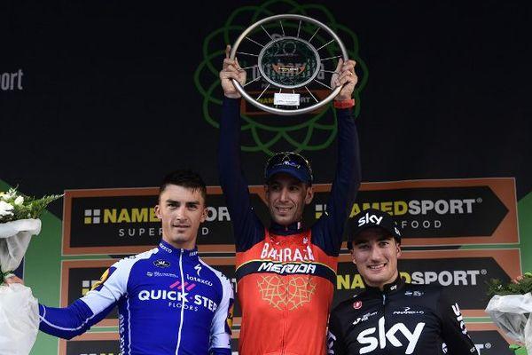 Parti en poursuite derrière Vicenzo Nibali (au centre) pendant la dernière étape, Julian Alaphilippe (à gauche) s'est adjugé la 2e place du Tour de Lombardie. Il devance Gianni Moscon (à droite).