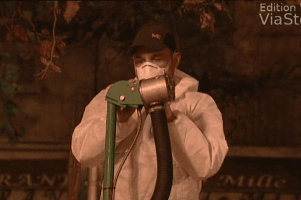 Dans le pulvérisateur, un produit anti-moustique.