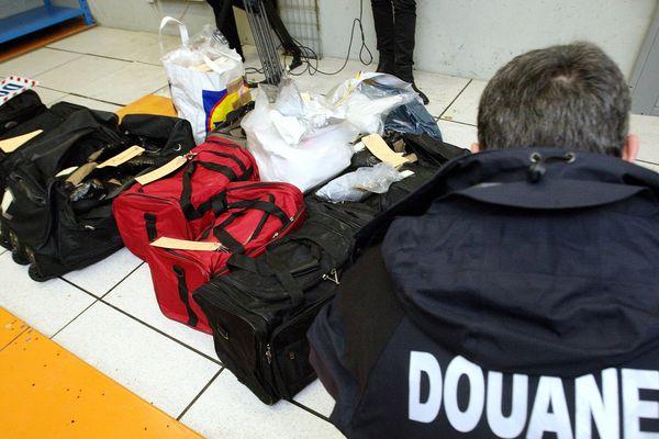 Une saisie de drogues diverses par les douanes de Calais (Pas-de-Calais) en 2010 (photo d'illustration).