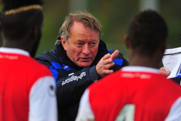 Ariel Jacobs, l'entraîneur de VAFC donne des directives pour que son équipe se maintienne.