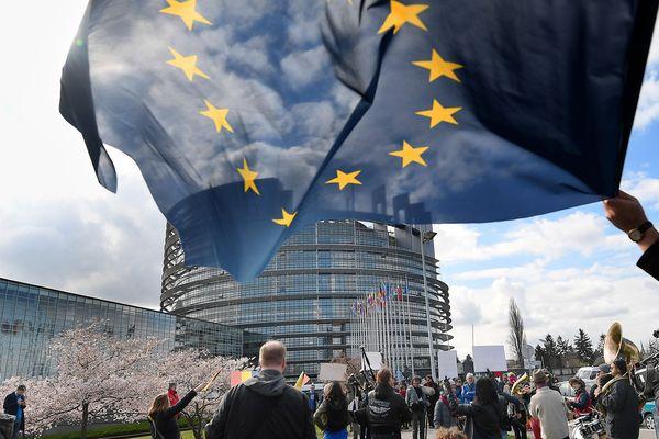 Rassemblement en faveur du nouveau texte sur le droit d'auteur, devant le Parlement Européen en mars 2019