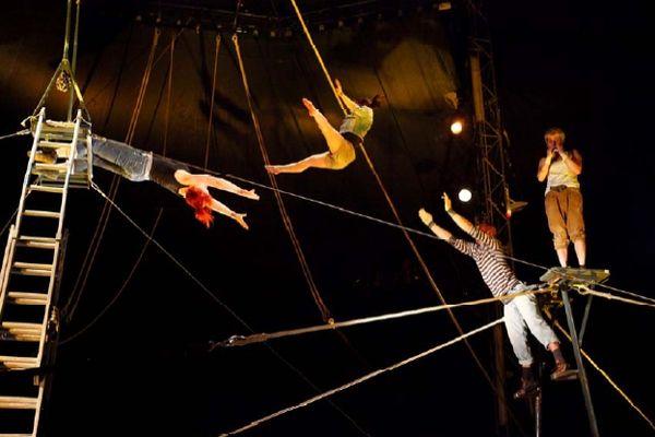 Photo extraite du dossier de présentation du spectacle de fin d'étude de la 24ème promotion des élèves du Centre National des Arts du Cirque de Châlons-en-Champagne.