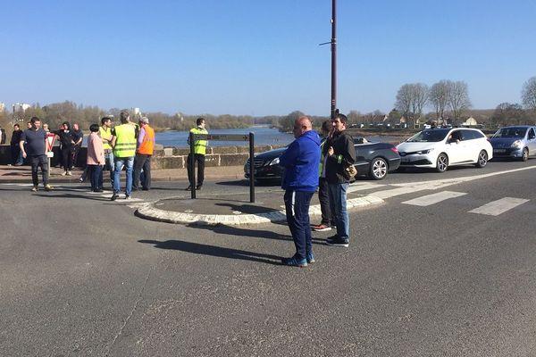 Des gilets jaunes sur le pont de Loire, à Nevers, samedi 23 mars 2019