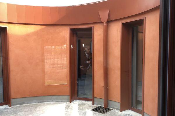 La maison Océanie a été construite en enduit rouge pour rappeler la couleur de la terre ocre du continent. Ici la patio intérieur.