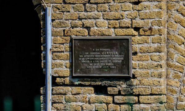 Plaque en hommage au général Janssen et ses hommes morts dans le Fort des Dunes.