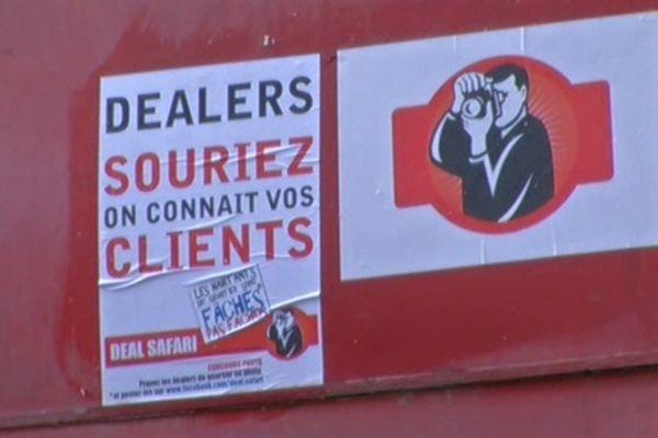 """Voici le type d'affiche placardée dans différents endroits du quartier Saint-Paul, l'intitulé même de """"deal safari"""" donne une connotation de se mettre en chasse contre celui qui ne serait pas conforme. Peut-on se charger de ce type d'action de délation alors que les faits relèvent de la gestion de l'ordre public ?"""