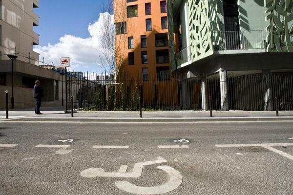 Une place de stationnement pour personnes handicapées.