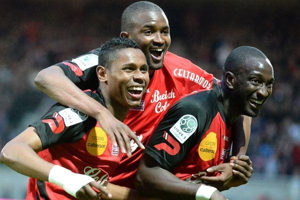 Les Guingampais peuvent avoir le sourire, ils ont infligé un 7 - 0 au RC Lens. Christophe Mandanne (à gauche), Mustapha Diallo (au centre) et Mustapha Yatabare (à droite)