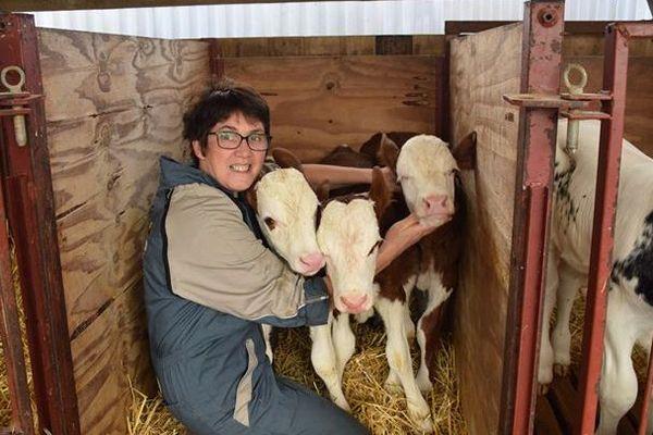 Anna Boucard entourée des trois nouveaux nés.