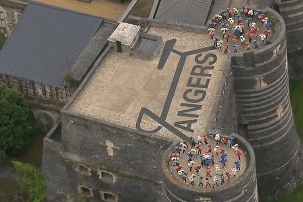 La fresque humaine sur le château des ducs d'Anjou pour le Tour de France, le 4 juillet 2016.