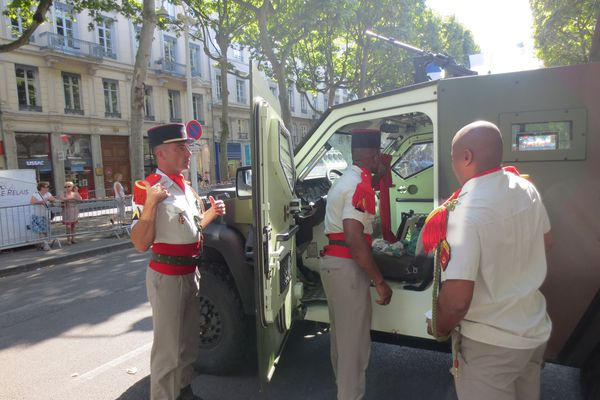 Les uniformes sont impeccables, en route pour le défilé !