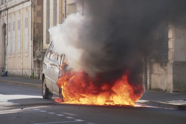 Une voiture en feu rue Vauban à Nevers