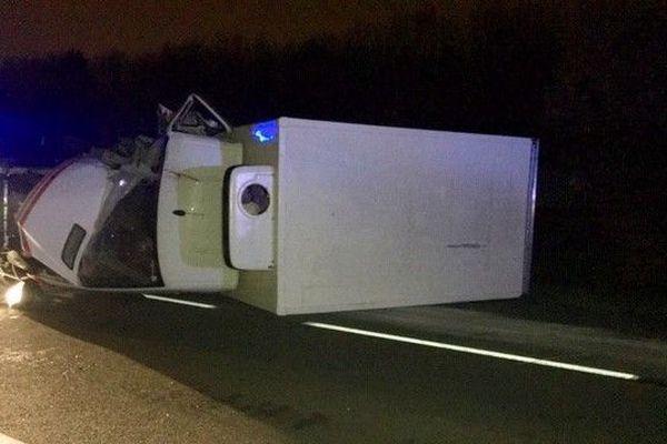 """Deux camionnettes se sont violemment percutées vers 5h45 ce vendredi matin. L'un des véhicules était à l'arrêt suite à une action des """"gilets jaunes""""."""