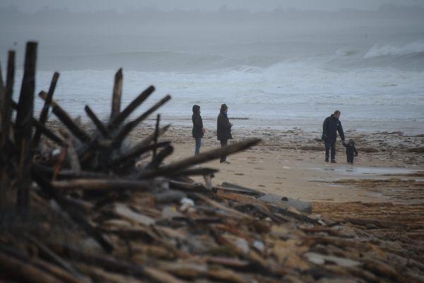 La forte houle et les vents violents vont encore endommager le trait de côte la nuit prochaine et pendant le week-end.