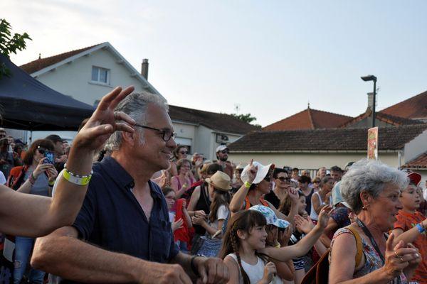 """En 2019, Joël Breton, directeur de l'association culturelle du Rouillacais, danse lors du dernier spectacle le dimanche, avec """"Les Frères Jacquart"""", à St Genis de Hiersac."""