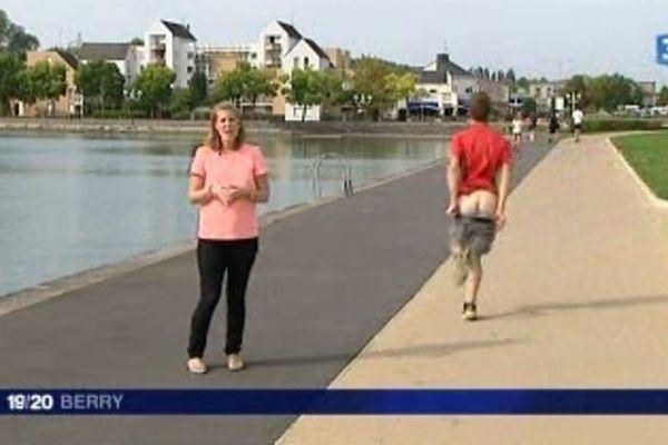 """Eloise Bruzat, journaliste à France 3 Berry, réalise son """"plateau"""" quand un jogger décide lui aussi d'adresser un message - très personnel - à la caméra."""