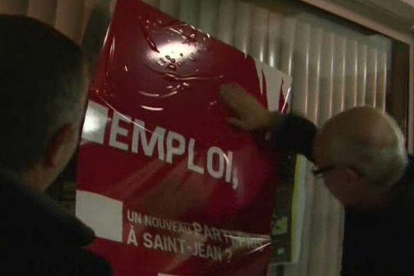 De nuit, comme les colleurs d'affiches lors des campagnes électorales, les commerçants ont collé des affiches au ton offensif