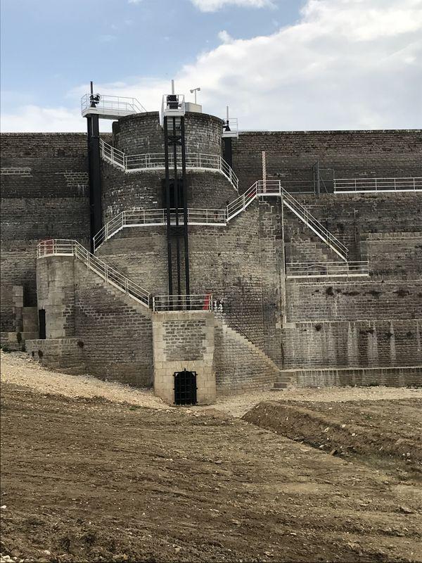La vantellerie de la tour de prise d'eau de vidange de fond a été remplacée et automatisée.