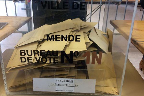 Urne dans un bureau de vote à Mende en Lozère au second tour de l'élection présidentielle 2017