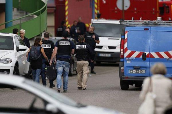 Le secteur de l'église de Saint-Etienne-du-Rouvray bouclé par les forces de l'ordre ce mardi après la prise d'otage