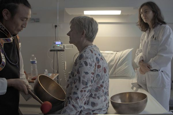 Frédérique et Passang, une médecin et un chamane ont choisi de se rencontrer et échanger pour soulager les malades.