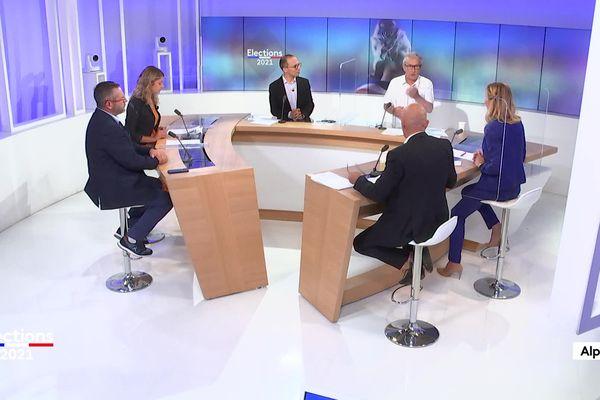 Sur le plateau de France 3 Alpes :Virginie Duby-Muller( LR),Charlène Cardoso,(DG),Vincent Lecaillon (RN), etNicolas Rubin (DVD).  Débat du 1er tour du lundi 14 juin 2021