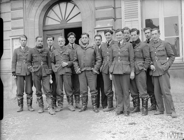Jean Demozay (au centre de la photo), entouré par les pilotes du 1 Squadron, à Neuville-sur-Ornain (Meuse), avant la Bataille de France. Le Français intègrera ensuite cette escadrille, comme pilote, vers la fin de de la Bataille d'Angleterre.