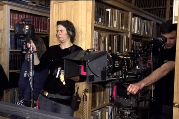 """L'équipe de tournage de la série """"Les témoins"""" dans la bibliothèque de l'Hôtel de Ville d'Avranches"""