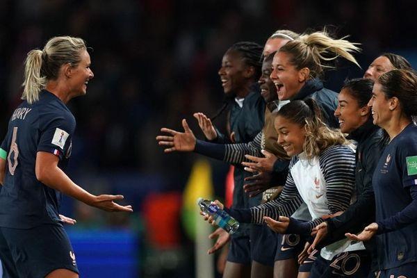 Amandine Henry (à gauche) célébrant son but avec ses équipières de l'équipe de France.