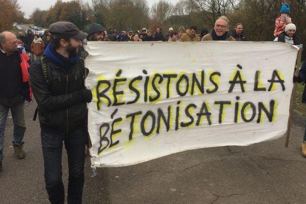 Une centaine d'opposants au projet de zone industrielle ont manifesté ce dimanche sur le site du Carnet.