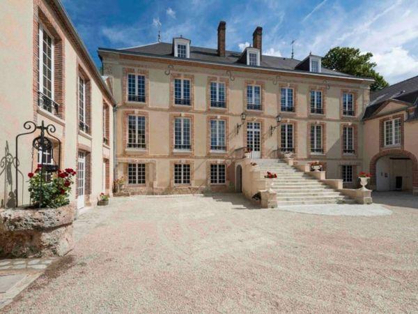 Cour d'honneur du Château de Pierry dans la Marne.