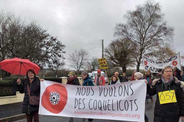 Une centaine de personnes s'est rassemblée devant l'usine Phyteurop le samedi 7 décembre.