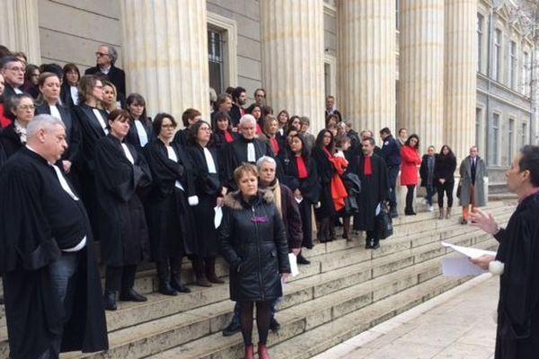Prises de parole et rassemblement devant le palais de justice de St Etienne
