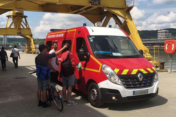 Les trois témoins expliquent aux pompiers ce qui s'est passé