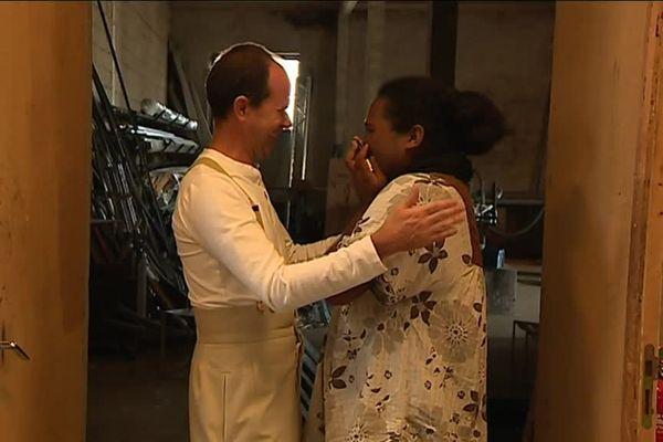 Laurence, membre de la nouvelle classe prépa de l'Union, craque d'émotion en visitant le théâtre. Elle est réconfortée par Jean-Lambert-wild, son directeur.