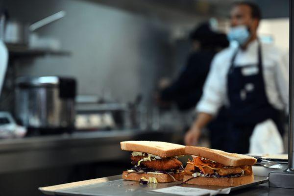 Un restaurateur prépare un plat chaud - Photo d'illustration