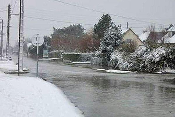 Ver-sur-Mer (Calvados), la mer entre dans le village enneigé