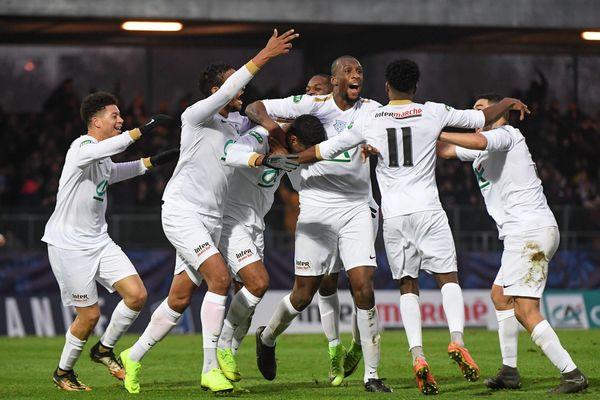 Les joueurs de l'Entente Sannois-Saint-Gratien célèbrent leur victoire face à Montpellier en Coupe de France, le 5 janvier.