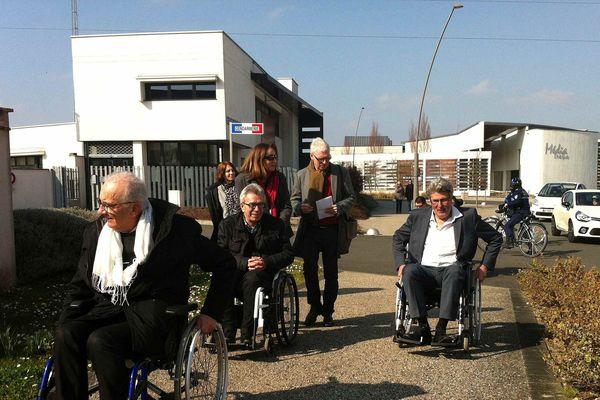Des élus Tourangeaux testent le fauteuil roulant à Chambray-lès-Tours (Inder-et-Loire)
