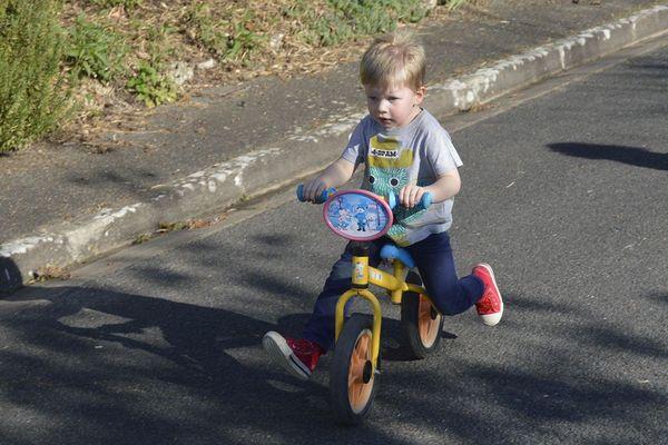 « Moi, je sais faire du vélo sans roulettes et sans pédales ! Facile, j'ai pied ! »